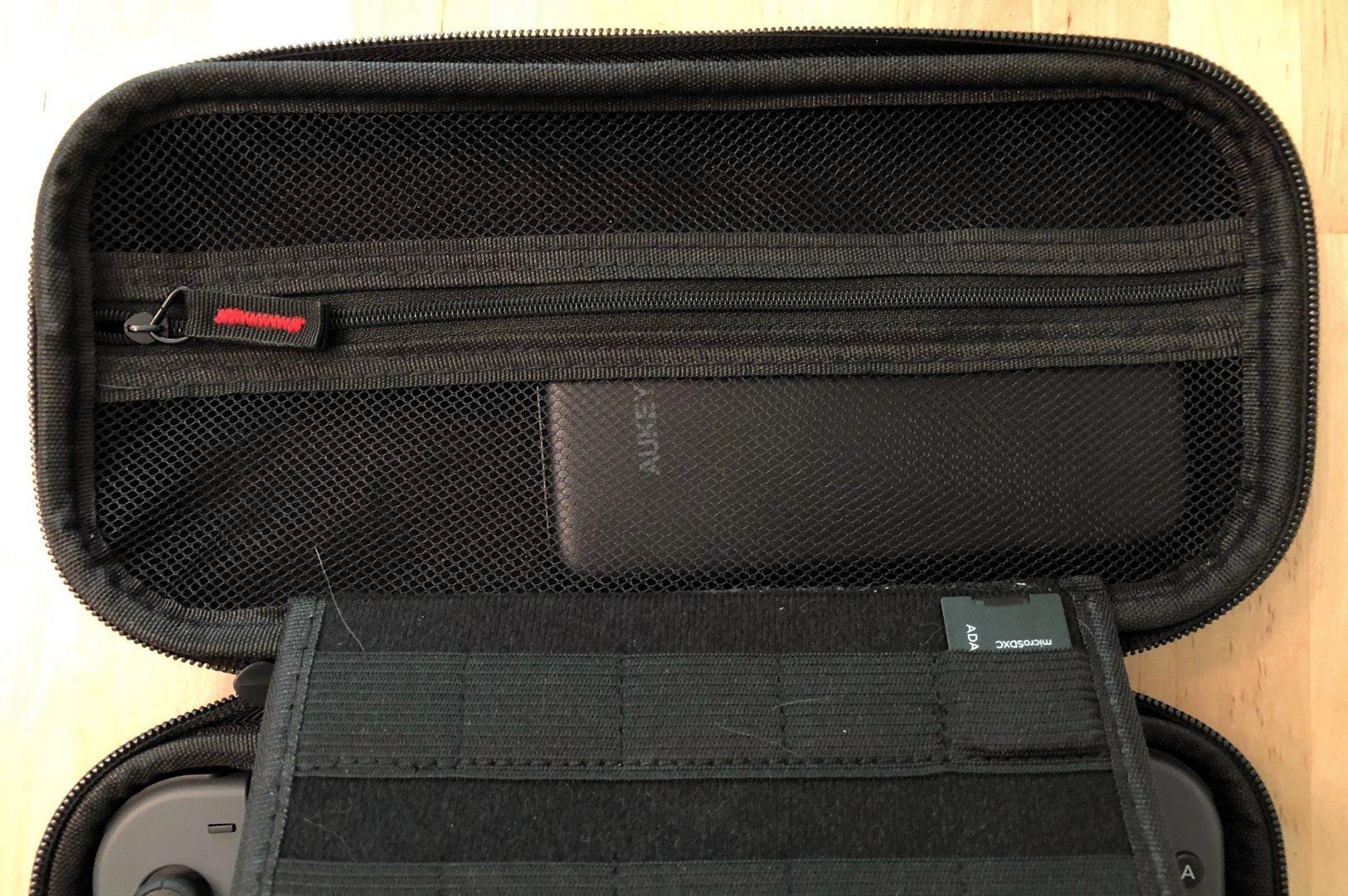 Banco de energía AUKEY PB-Y13 10000 USB-C en una caja de interruptor de Nintendo