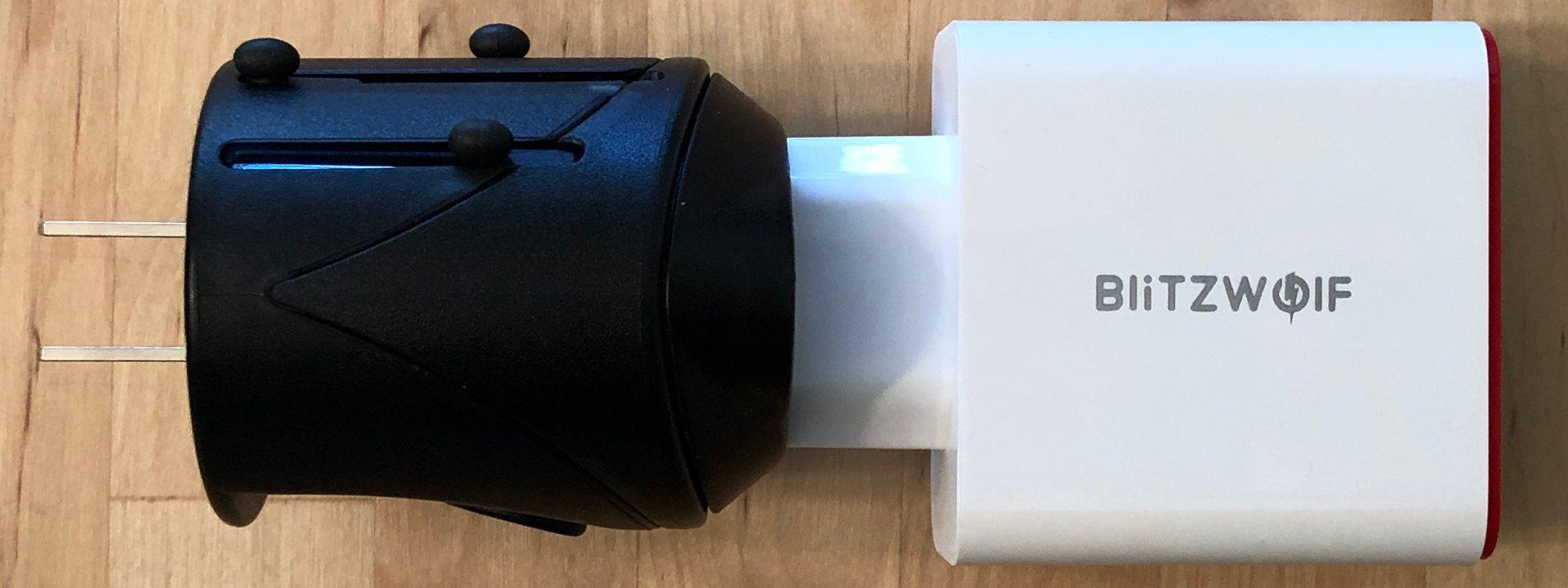BlitzWolf BW-PL4 con adaptador de enchufe mundial.