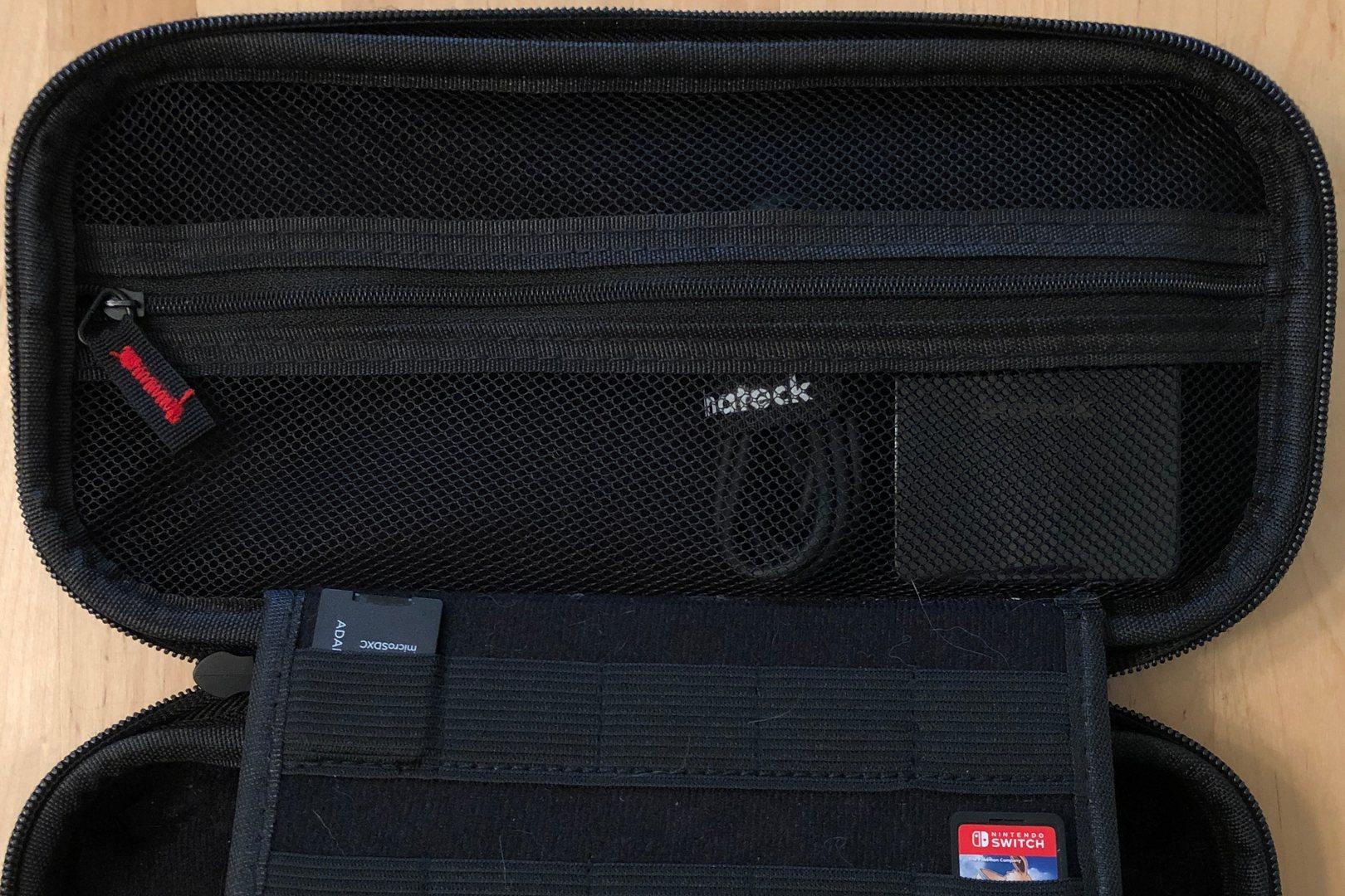 En el cargador 45W 3-Port USB-C en una funda de transporte Nintendo Switch.