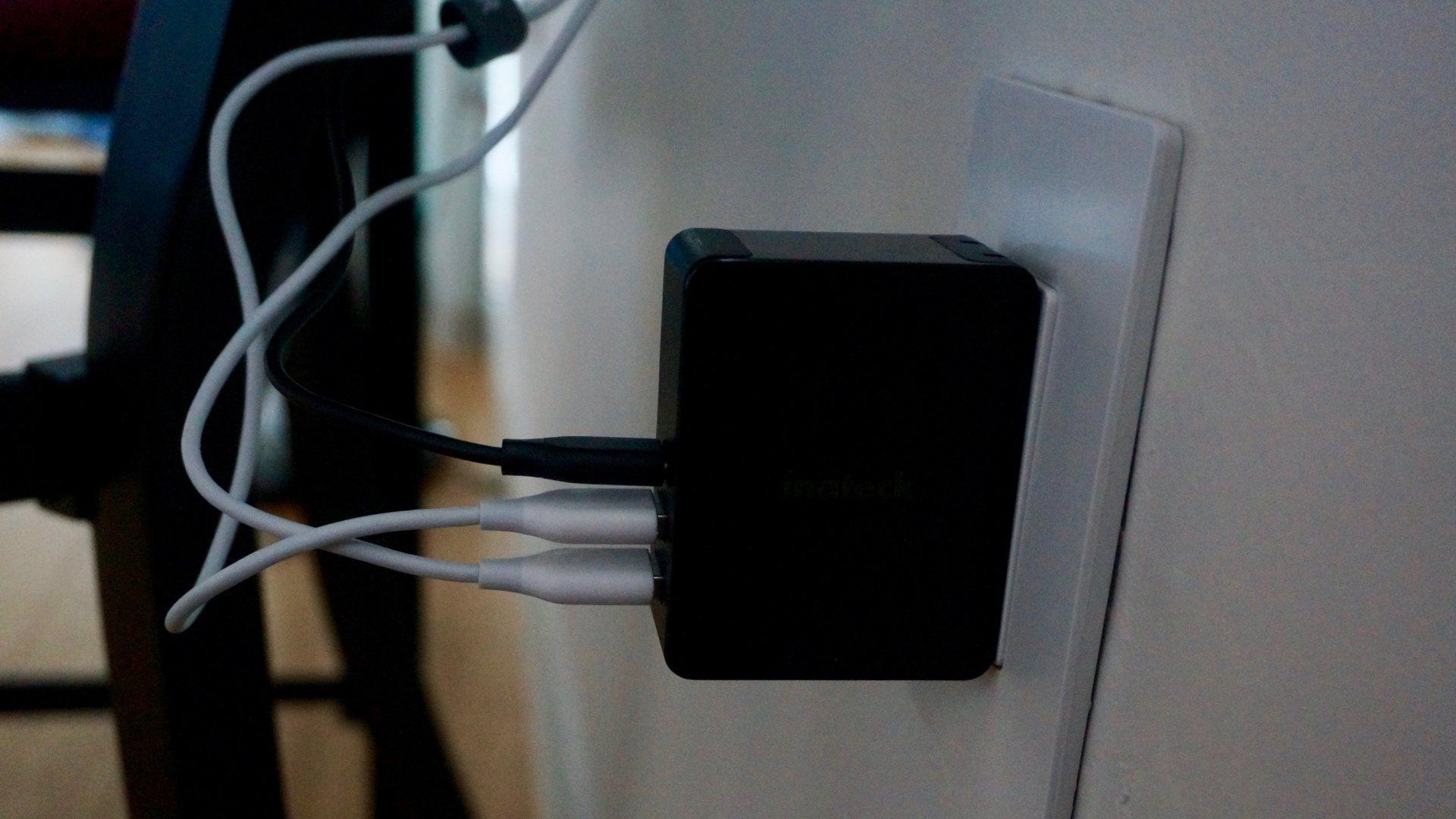 Inateck 45W 3-Port Cargador USB-C que carga un conmutador Nintendo, iPhone y iPad.