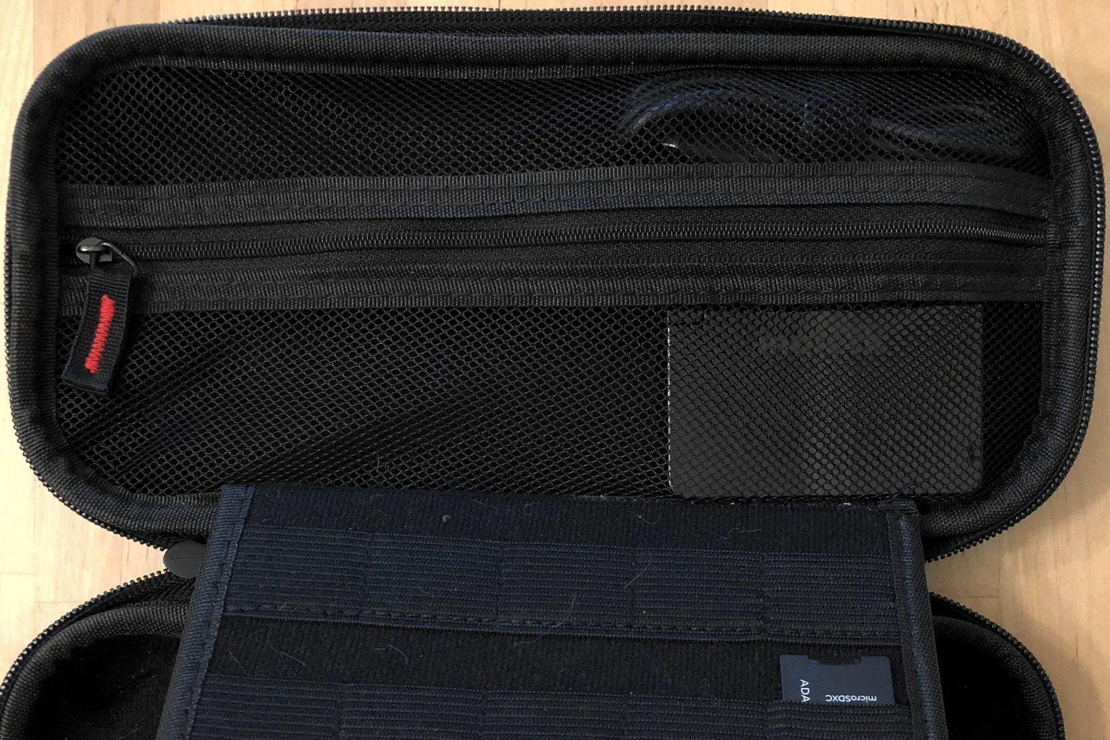 En el cargador 60W PD de Inateck con puertos USB-C duales En una funda de transporte Nintendo Switch.
