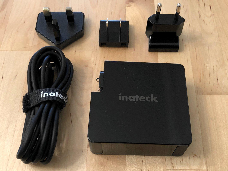 Cargador 60W PD de Inateck con puertos y accesorios dobles USB-C.